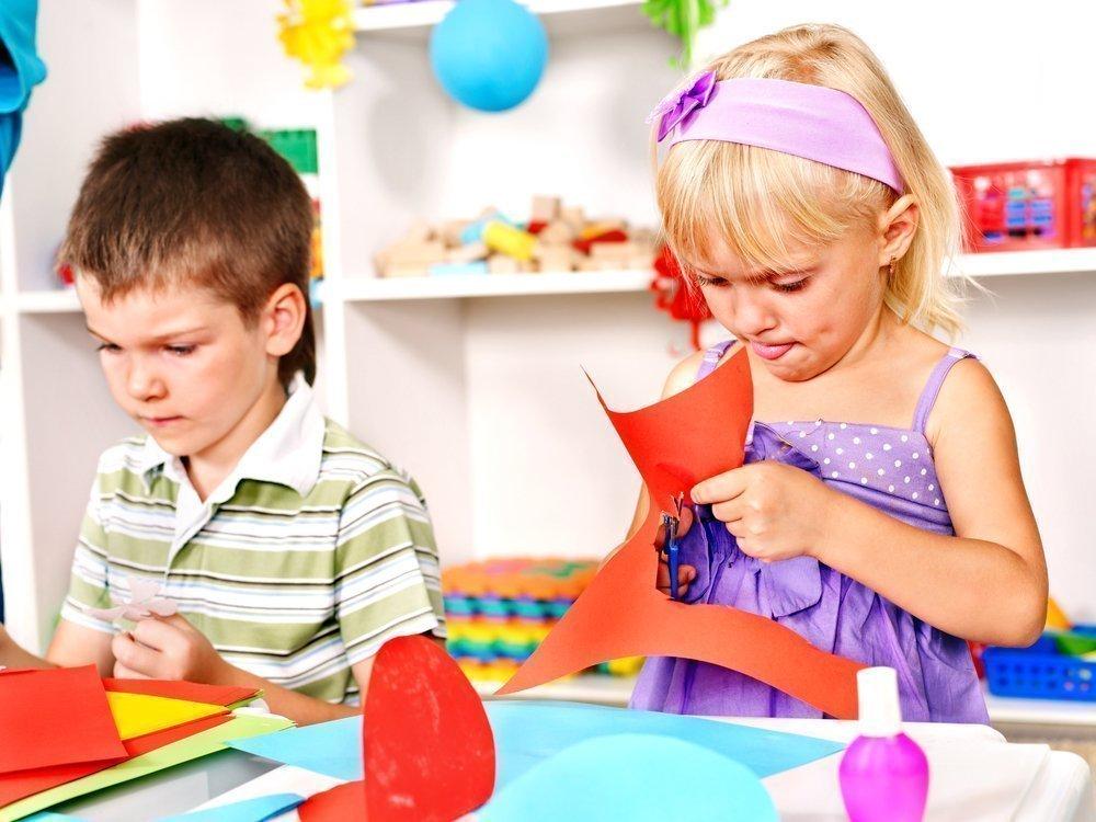 Дети вырезают картинка